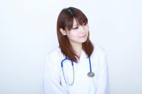 フリー素材:白衣の微笑む女医 [モデル:Lala]