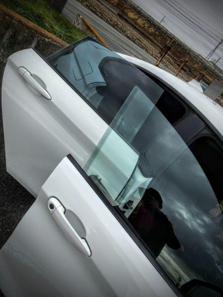 【BMW4シリーズグランクーペ】サッシュレスドアの開け閉めでウィンドウのガラスが少し下がったり上がったりする機能について調べてみた^^