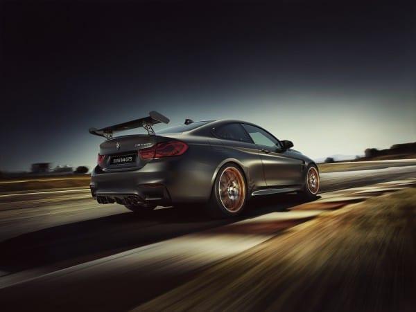 BMW M4 GTS リア走行中