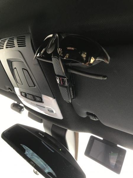 サングラスや駐車券を手軽に収納できるカーボン調サングラスホルダーを試してみた^^