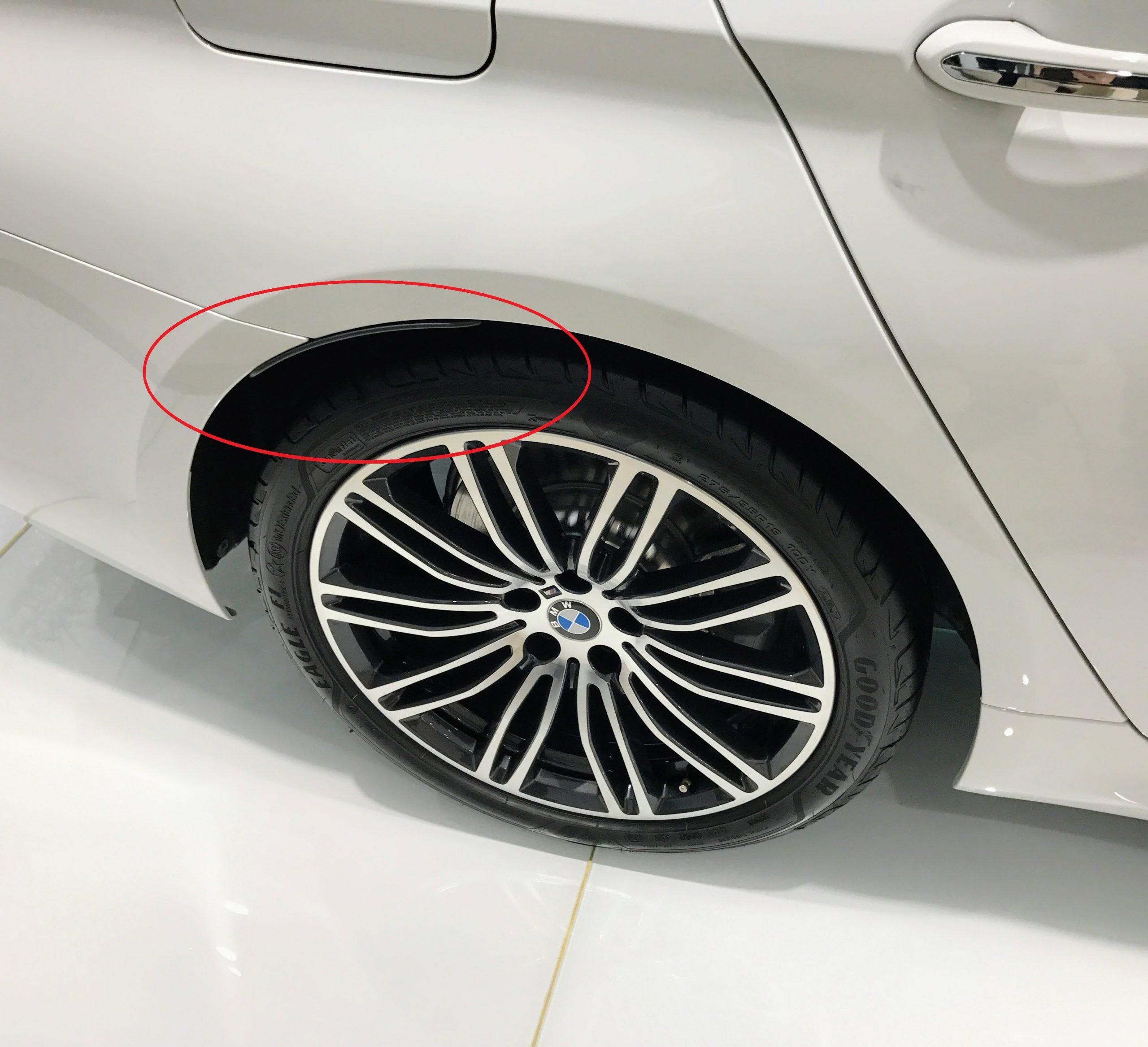 日本のBMW車だけに装備されているダサいフェンダーモールが新型5シリーズから改善の方向へ^^