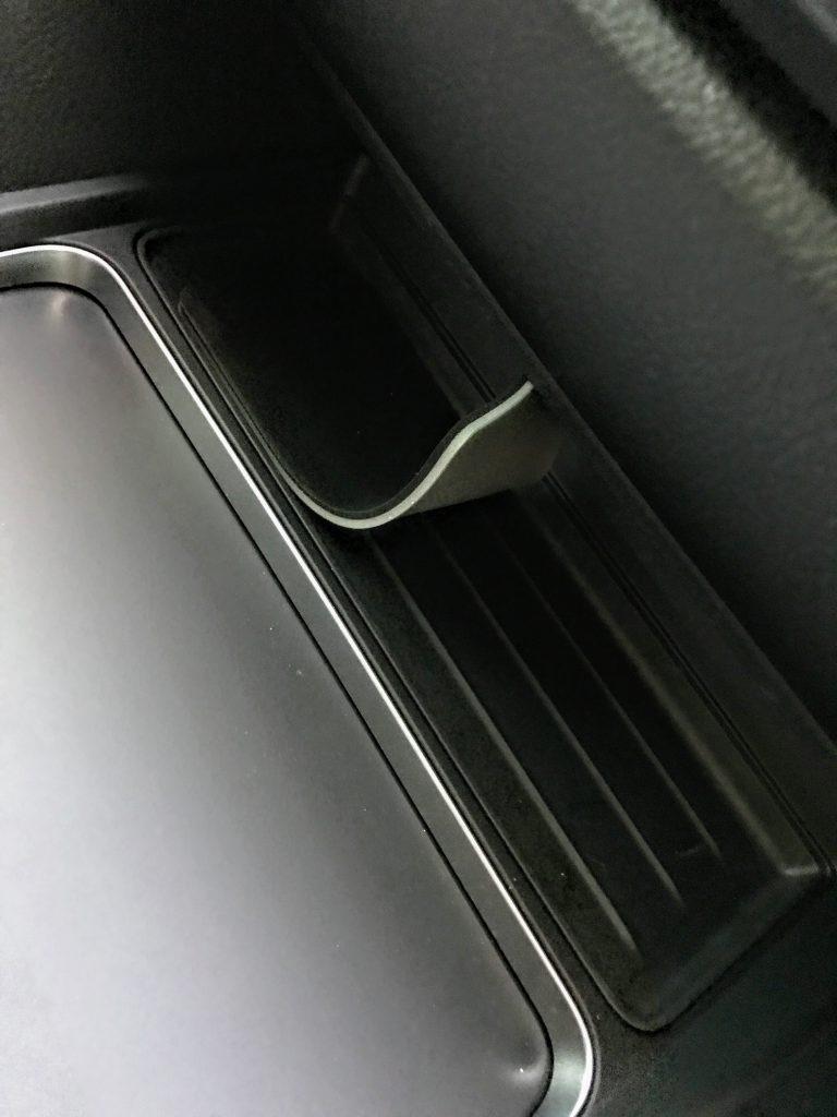BMW4シリーズグランクーペのセンタートレイにすべり止めシート[CAR-MAT4]を設置してみた^^