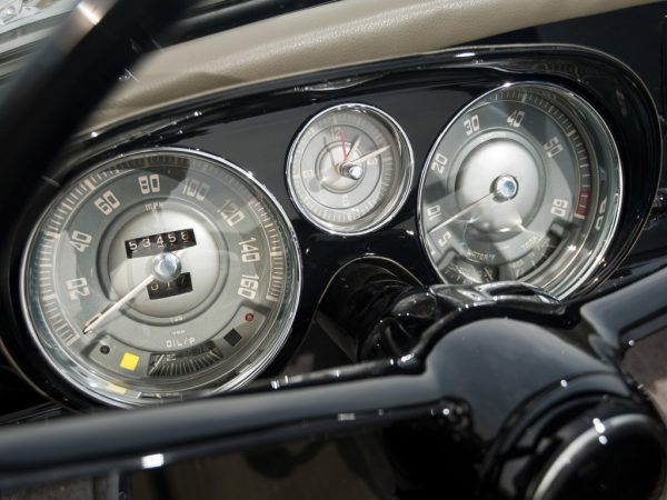 BMWのSNS投稿でダッシュボードのメーターの中心にアナログ時計があるモデルって?