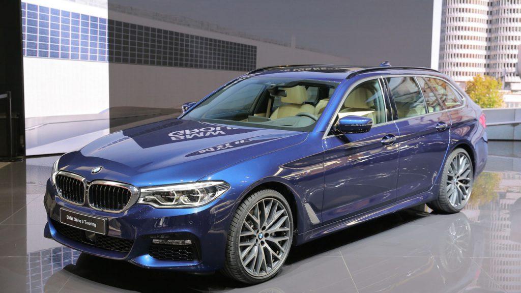 新型BMW5シリーズツーリング(G31)が正式発表前ですが既にディーラーに展示が始まってます。見積もりも可能で正式発表は6月xx日だそうです^^