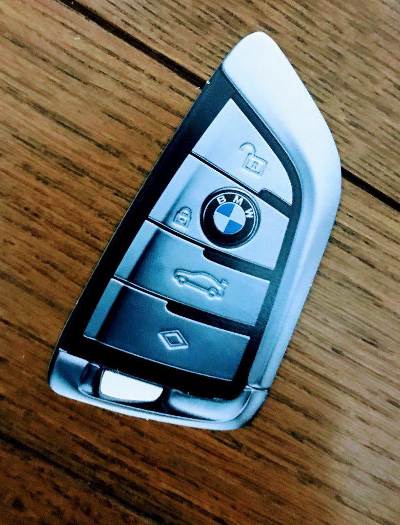 今週末はニューBMW 530e iPerformance(G30)デビュー・フェア!届いたDMには5シリーズのリモートキー形状の試乗チケットが入ってました^^