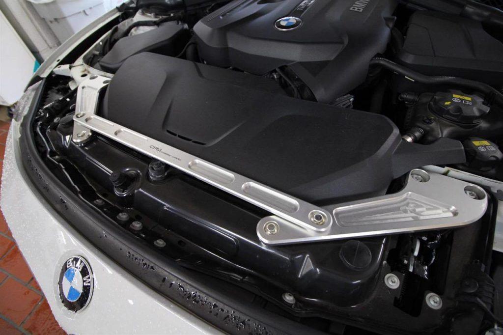 BMW F系1.2.3.4シリーズ用エンジンルーム内の補強パーツ「CPM フロントエンドブレース」発売!気になる価格は?