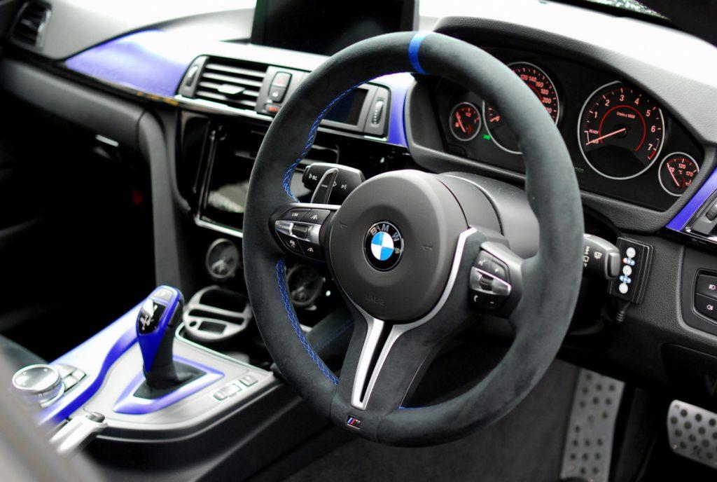 BMW純正ステアリングをアルカンターラで張り替え加工したステアリングに萌えました^^お値段は?