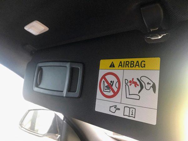 BMWのサンバイザーにプリントされているエアバックのコーションラベルをカーボンシールで隠してみた【プチDIY】