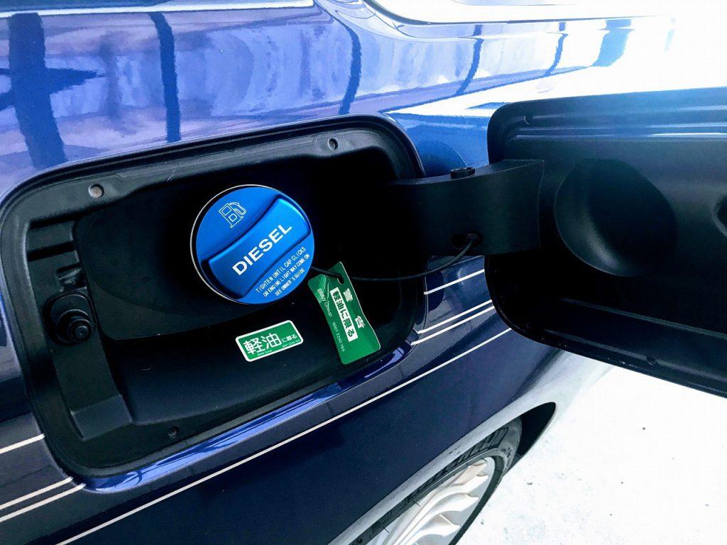 アルピナD4に鮮やかなブルーのディーゼル燃料タンクキャップを取り付けてみました♪