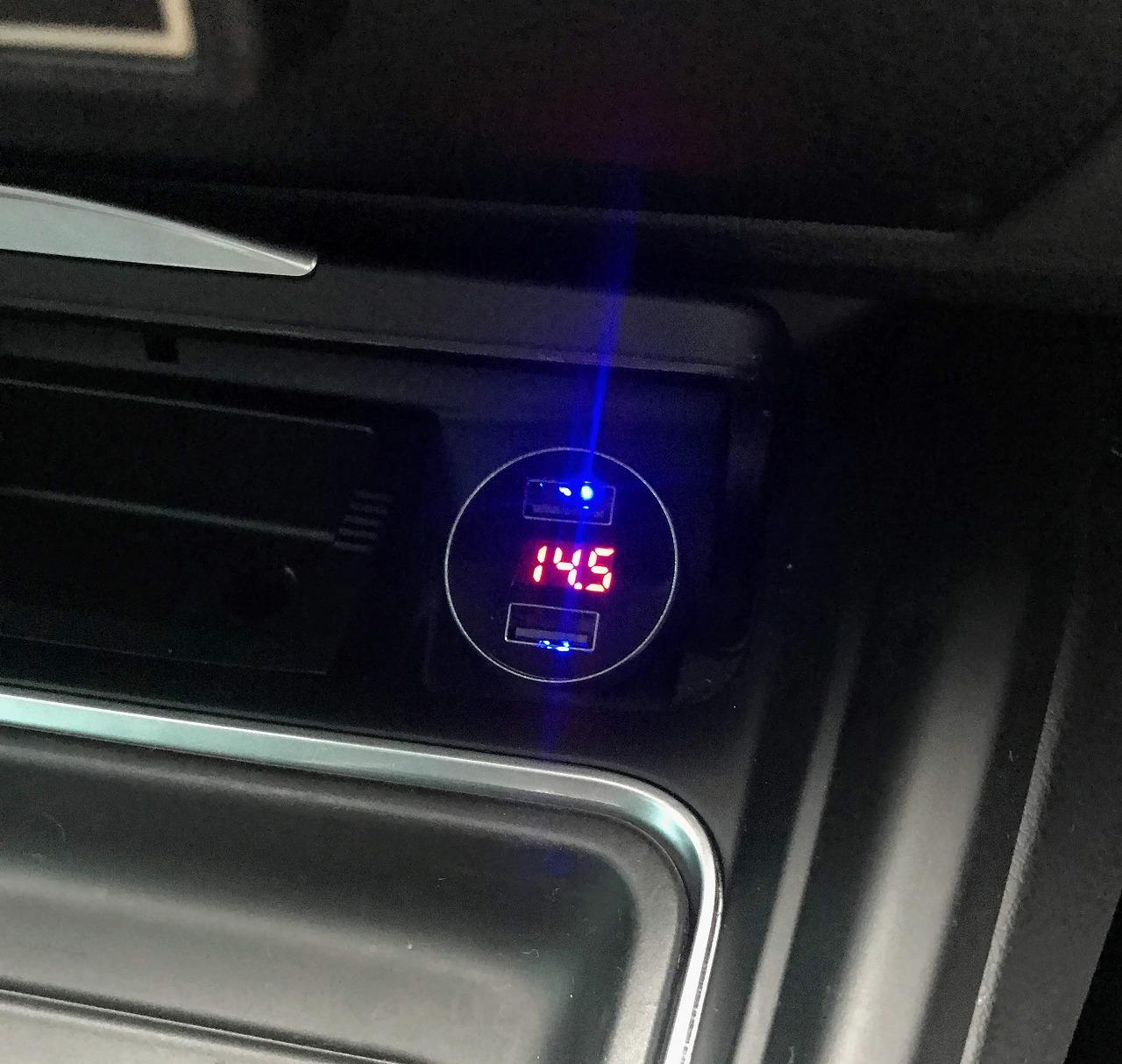 電圧計付きUSBシガーソケット車載充電器を買って試してみました^^