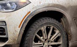 BMW新型X5がロサンゼルスモーターショーで泥だらけの汚れたボディで登場するという斬新な演出!理由は?