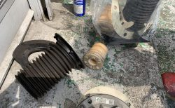 BMWアルピナD4の低速ハンドル操作時の異音対策のためフロント足回りアッパーマウントベアリング交換作業で無事解決!