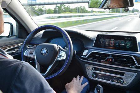 BMWが国内モデル初の手放し運転機能「ハンズ・オフ機能付き渋滞運転支援システム」を夏に導入予定!どんな機能?対応車種や現行車種にも後付けできるの?