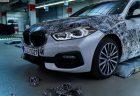 新型BMW1シリーズSport Line(F40)のカモフラージュを剥がしてちょいみせする写真をBMWが公開^^ワールドプレミアも近そう♪
