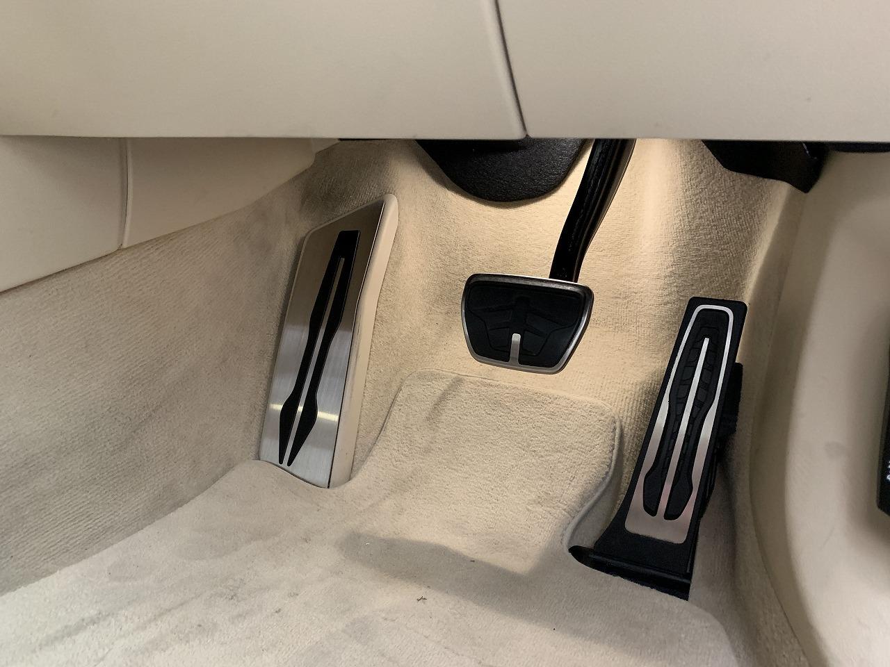 BMW G31にステンレスフットレストを装着しました♪フィット感&実用性バッチリです^^