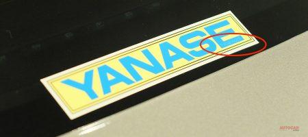 「YANASE」の黄色いリアウィンドウのステッカーの秘密。