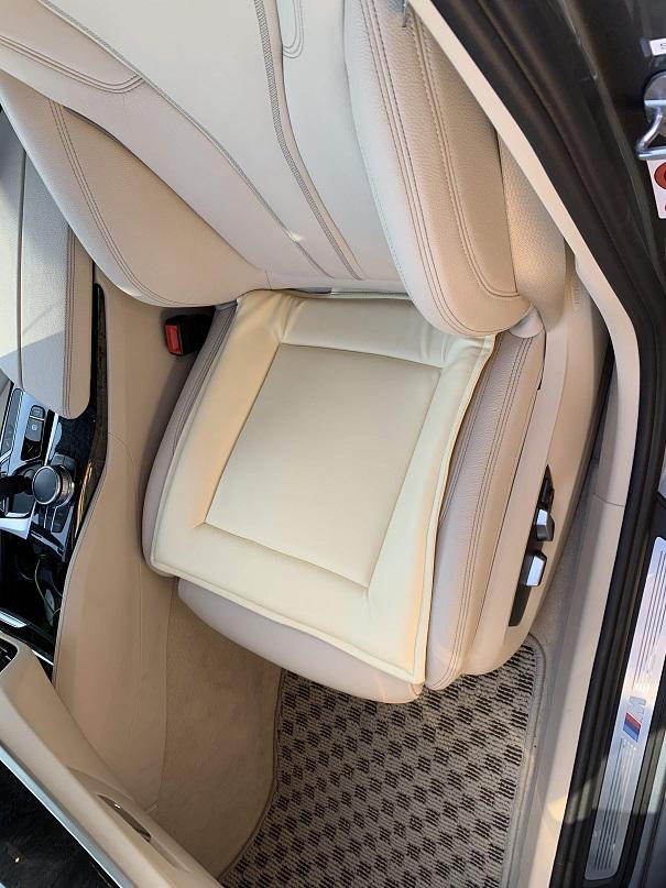 愛車BMW G31のベージュレザーシートの色移りを防止するためのシートクッションがいざというときに便利です(^_^;)