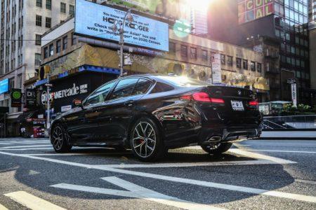 ニューヨーク・マンハッタンにLCIカーボンブラックボディのBMW5シリーズセダン(G30-530i)が降臨!めっちゃカッコいい!