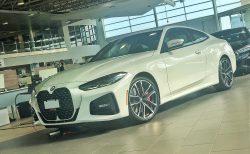 BMW新型4シリーズクーペ(G22)に日本に近い縦長US仕様のナンバープレートが装着された実車写真が公開!やはり巨大キドニーの真ん中に設置。