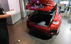新型BMW4シリーズグランクーペ(G26)のリフトバックテールゲートがガバっと開く実車動画\(^o^)/